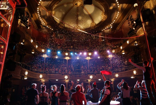 audience-performers-confetti